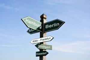 Wegweiser mit deutschen Städten – Kennzeichenmitnahme ist überall möglich