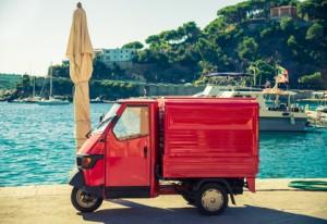 typisches italienisches Auto am Meer – mit dem Auto nach Italien