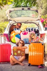 Familie beim Packen für einen Urlaub mit Auto