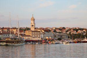 Mit dem Auto nach Kroatien reisen bedeutet auch, am Meer gelegene Staedte zu besuchen.