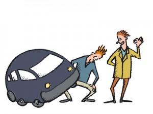 Kaufinteressent beim Gebrauchtwagenkauf untersucht das Auto genau