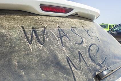 Die Scheibe ist schmutzig und der Auto-Frühjahrsputz ist fällig