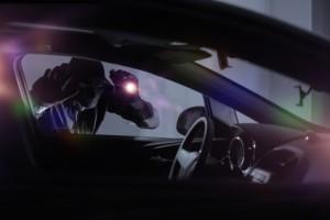 Autodieb sucht nachts ein passendes Auto für den Autodiebstahl