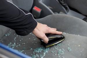 Grund für die eingeschlagene Scheibe beim Autodiebstahl war eine Geldbörse auf dem Sitz