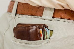 Dicke Brieftasche dank der Kaufprämie für Elektroautos