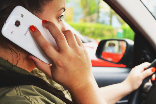 Wenn Sie mit dem Auto ins Ausland fahren sollten Sie auf keinen Fall am Steuer telefonieren