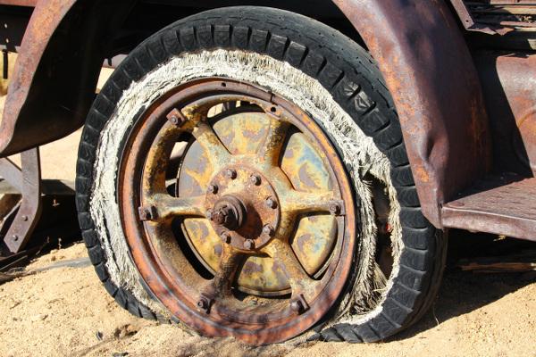 Wäre mit Reifenwechsel nicht passiert, altes Auto mit plattem Reifen