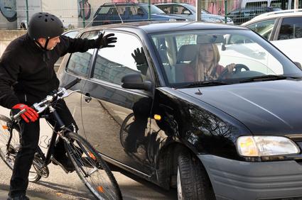 Gefahrensituation im Straßenverkehr mit Auto und Fahrrad
