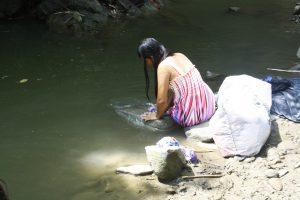 Maedchen der Ngaebe am Fluss