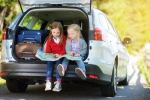 Lange_Autofahrt_Zwei_Kinder_beim_Kartenlesen