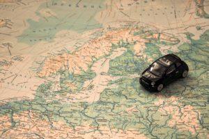 Mit dem Auto durch Europa – Spielzeugauto auf der Landkarte