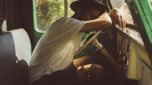 Mann schläft am Lenker ein: Ein Roadtrip kann anstrengen, daher sind Pausen wichtig.