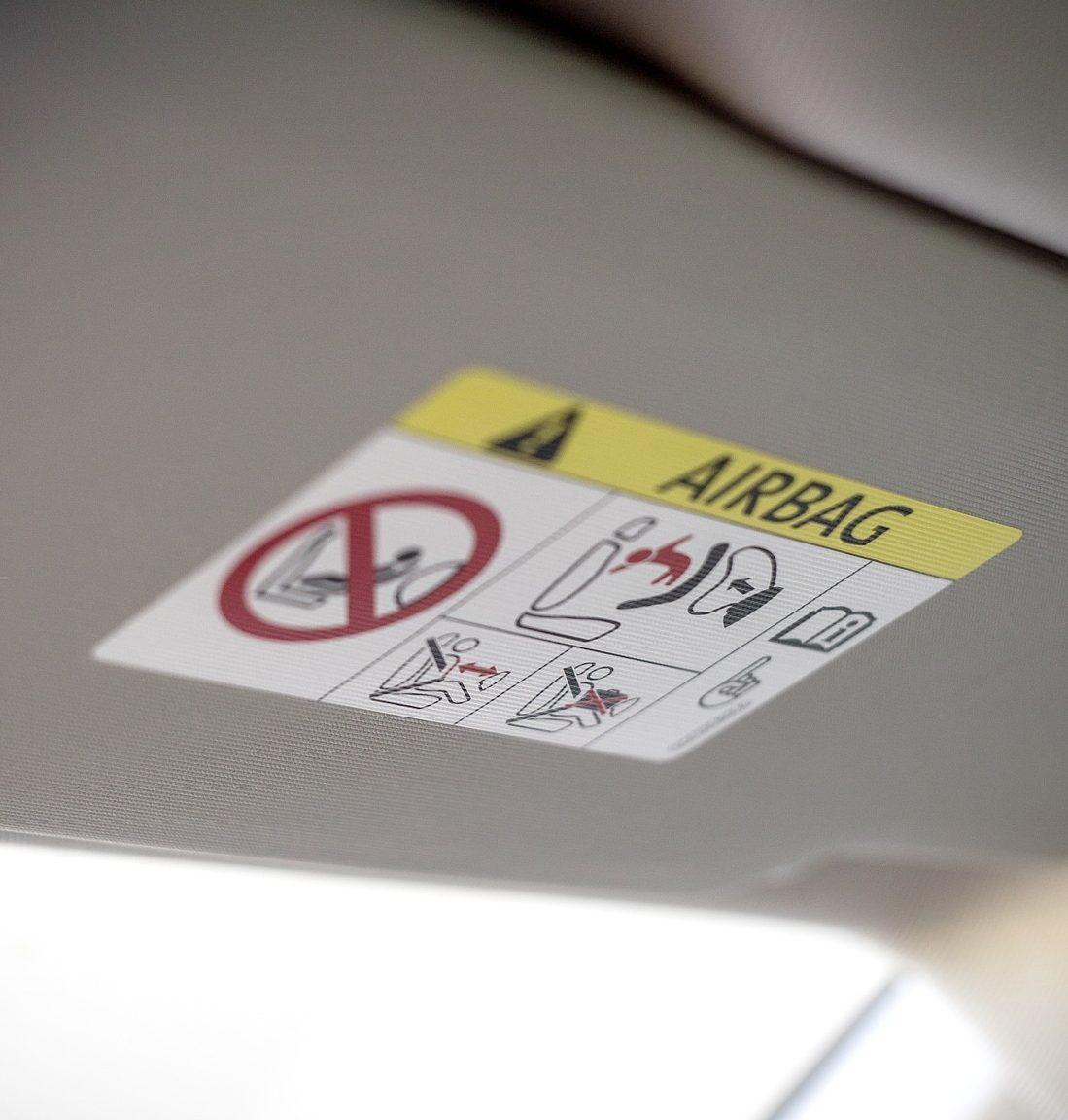 Ein Airbag dient der Sicherheit im Fahrzeug