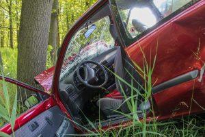Unfall: Auto prallt gegen Baum