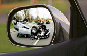 Verunglücktes Auto im Rückspiegel