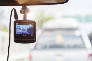 Dashcam an der Frontscheibe eines Autos