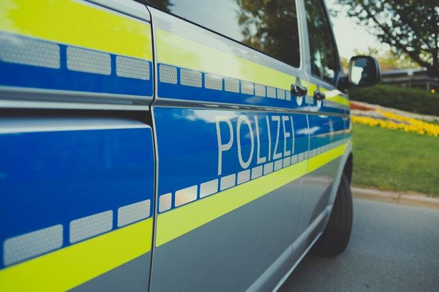 Polizeiauto bei einer Kontrolle mit Verkehrssündern