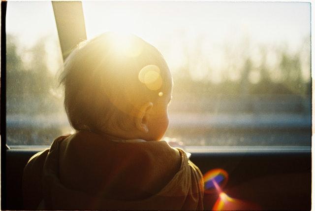 Kleinkind schaut aus dem Autofenster