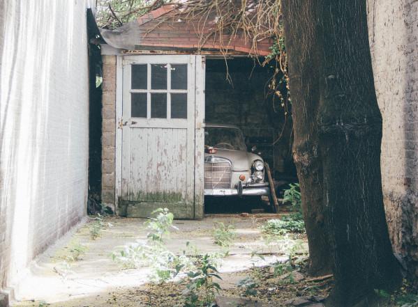 Altes Auto mit Standschäden